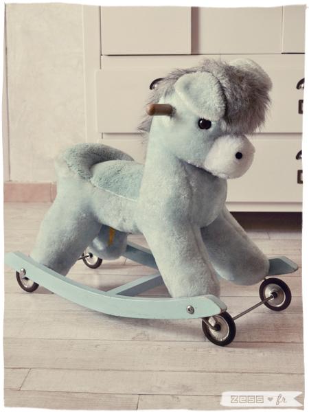 décoration chambre bébé fille vintage rétro fleuri cheval bascule roulettes