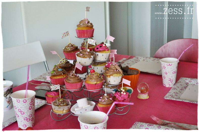 déco table anniversaire bébé 1 an rose liberty ballons cupcakes chamallows pop